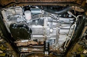 Масляный фильтр расположен удобно. Для снятия можно использовать любой подручный инструмент. На моторах Sandero добраться до него труднее. Заливное (оно же контрольное) отверстие французской механической коробки — под привычной белой пластиковой пробкой.