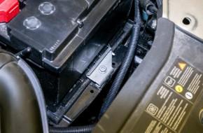 АКБ зажата спереди металлической пластиной с болтом «на 13». Клеммы проводов — с обычными креплениями и без дополнительных элементов.