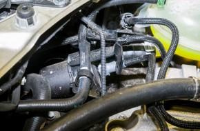 Топливный фильтр закреплен пластиковым хомутом с болтом «на 10». Для снятия топливных магистралей нажимаем на квадратные фиксаторы стандартных быстро съемов.