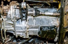 Отверстие для слива антифриза из блока мотора — под характерной пробкой «на 14» над правым приводом. Сливная масляная пробка двигателя сделана под ключ «на 15», а пробка коробки передач — под квадрат «на 8».