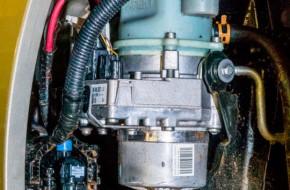 Для демонстрации неудобного расположения и конструкции расширительного бачка электрогидравлического усилителя рулевого управления здесь частично снят передний левый подкрылок.