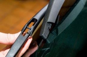 Крепление щетки заднего стеклоочистителя — как у Sandero. Пластик довольно мягкий, усилия при снятии элемента небольшие.