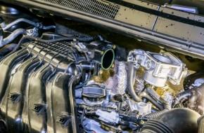 Дроссель закреплен на впускном трубопроводе четырьмя болтами «на 8». Разъем датчика давления воздуха имеет простой фиксатор. Магистраль от адсорбера зафиксирована на впускном трубопроводе, за дроссельной заслонкой, на стандартном быстросъемном креплении с квадратным фиксатором.