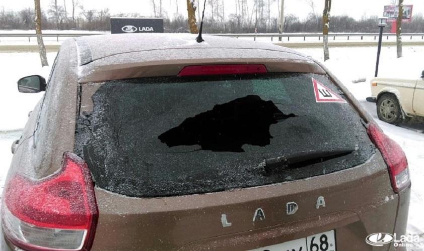 Почему лопнуло заднее стекло на автомобиле