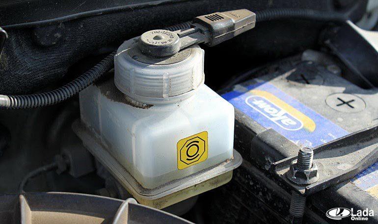Что делать если горит индикатор тормозной жидкости на LADA?