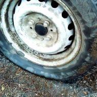 Как поменять колесо без домкрата?