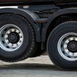 Зачем на фурах поднимают задние колеса?