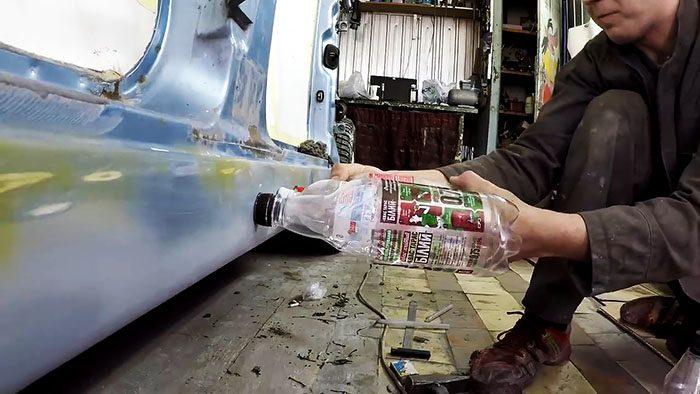 Представим, вы решили сэкономить на ремонте и собрались сделать его своими руками. С покраской и грунтованием поврежденного покрытия все понятно, а что делать с вмятинами? Специализированного инструмента у вас конечно же нет. Тут вам на помощь придет обычная пластиковая бутылка. Ну думаю ее достать вообще не проблема. Если вмятина не серьезная, то выправить ее самому не составит большого труда даже новичку в этом деле. Понадобится Несколько ПЭТ бутылок с крышками. Палочка горячего клея. В идеале еще необходимо иметь строительный фен. Удаление вмятин на авто пластиковой бутылкой Первым делом необходимо подготовить поверхность для выправления. Если в дальнейшем будет покраска, то необходимо зашкурить вмятину наждачкой средней зернистости. Затем обязательно обезжирить. Если поверхность не будут краситься, то просто обезжирить. На крышке бутылки необходимо сделать так же зашкуривание более крупной наждачной бумагой и так же обезжирить. В данном случае будем выправлять продольную вмятину на пороге. Теперь переходим непосредственно к работе. Разогреваем термофеном горячий клей (если нет фена - используйте спички или зажигалку). Обильно мажем клей на пробку, затем быстро приклеиваем ее в середину вмятины для выправления. Приклеиваем на всю длину вмятины необходимое количество крышек от бутылок, а потом навинчиваем сами бутылки. Переходим к выправлению. Тянем по очереди каждую бутылку. Небольшими усиливающими рывками. Пока все не оторвутся. Визуально контролируем процесс выпрямления. Возможно нужно будет повторить эти операции несколько раз. Все зависит от конкретного дефекта. В итоге порог стал ровный. Остальные мелкие неровности и недостатки скроет шпатлевка.
