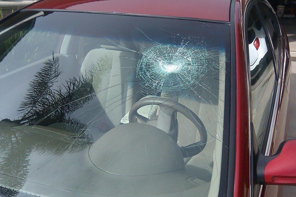 Шип разбил стекло — это ДТП? И кто будет возмещать?