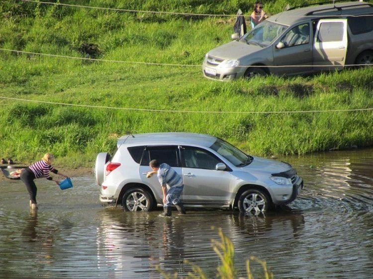 Можно ли мыть машину во дворе или у пруда?